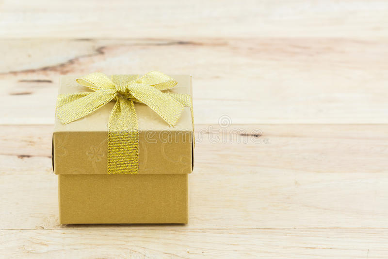 Gouden giftdoos met lintboog stock fotografie