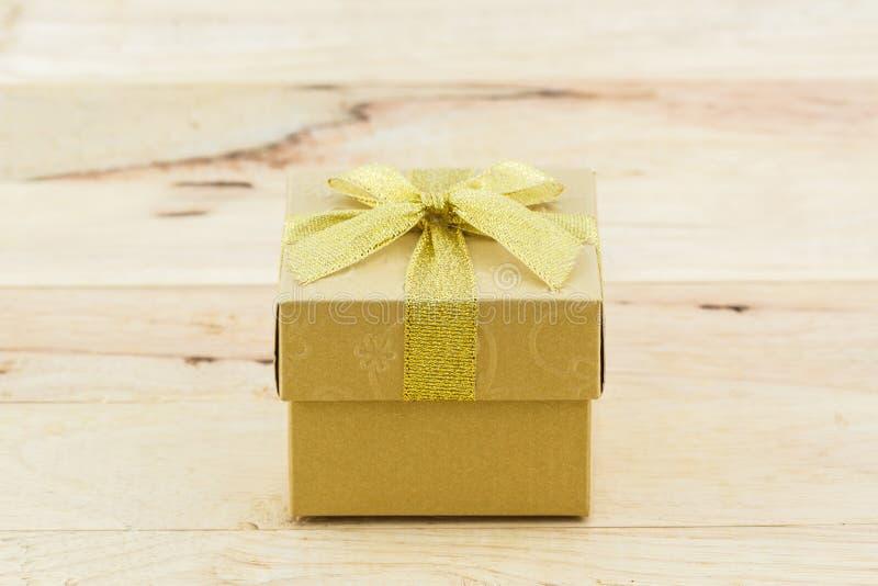 Gouden giftdoos met lintboog royalty-vrije stock foto's