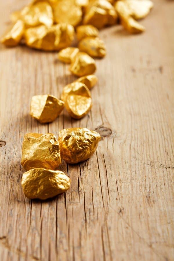 Gouden goudklompjes stock foto's