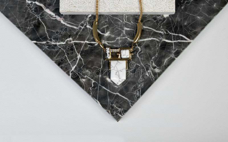 Gouden halsband met gemsteen op donkere granit natuurlijke rots stock afbeelding