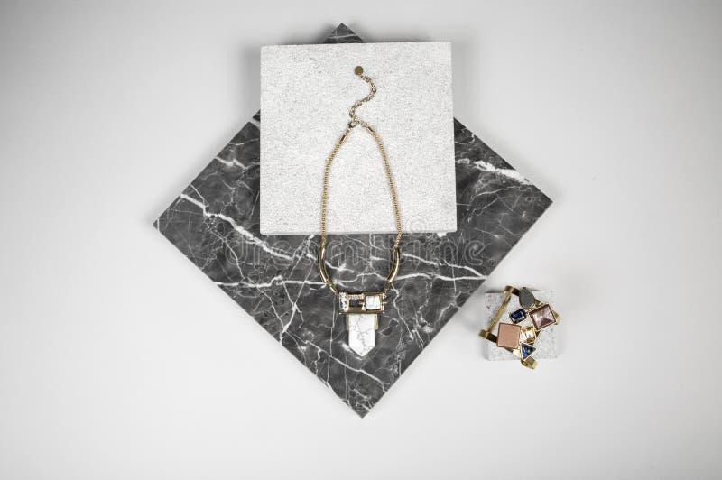 Gouden Halsbandketting en armband op graniet royalty-vrije stock afbeeldingen