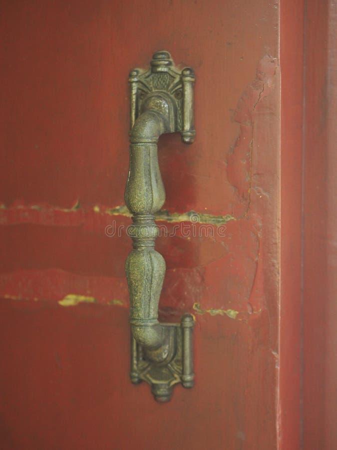 Gouden handvat op de rode houten deur royalty-vrije stock afbeelding