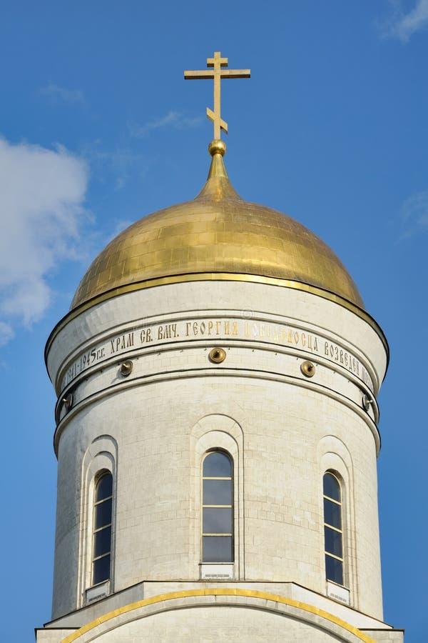 Gouden Helmkoepel van de Kerk van Heilige George - Victory Park stock foto's