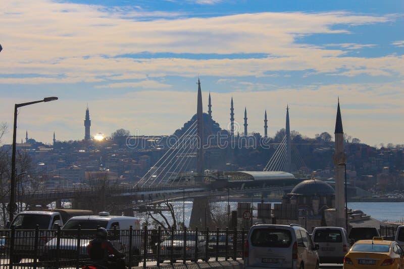 Gouden Hoornmetro de Moskeesverkeer Istanboel van de Postbrug royalty-vrije stock foto's
