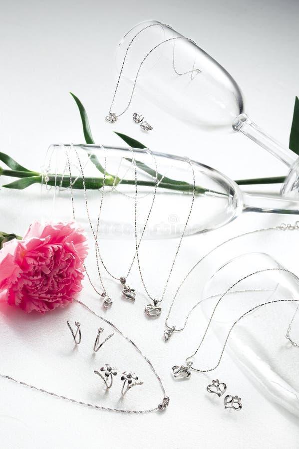 Gouden horloge, ring en halsband stock foto
