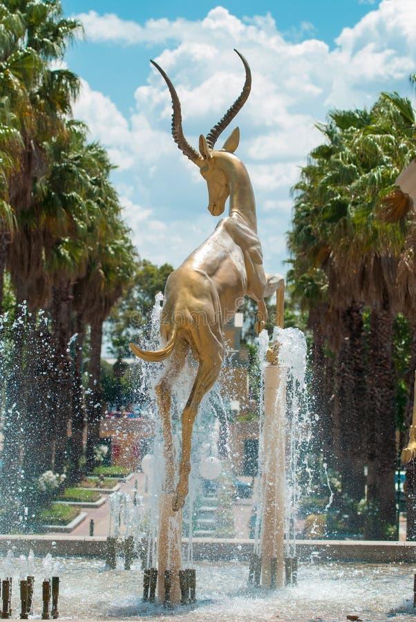 Gouden impala'sbeeldhouwwerk, Johannesburg stock fotografie
