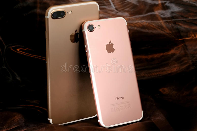 Gouden iPhone 7 plus en roze iPhone 7 stock foto