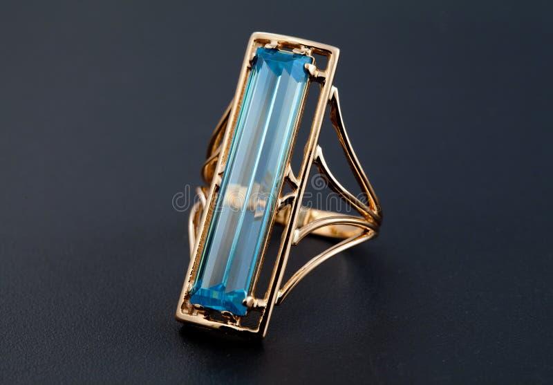 Gouden juwelenring met blauwe topaas royalty-vrije stock foto's