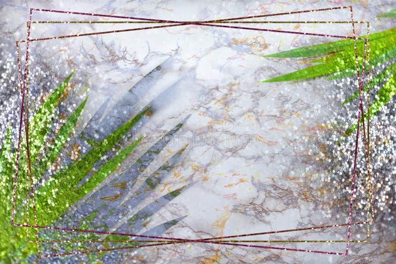Gouden kader, groene tropische palmbladen op marmeren achtergrond met gouden zilveren fonkelingen Vlak leg, hoogste mening, exemp royalty-vrije stock afbeelding