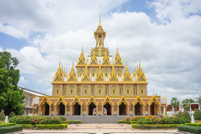 Gouden Kasteel in Wat Chantharam Wat Tha Sung Uthaithani, Thailand een oude die tempel met prachtig gesneden gouden gravures word royalty-vrije stock afbeelding