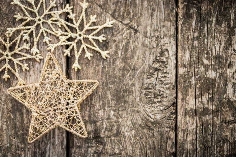 Gouden Kerstboomdecoratie op grungehout stock fotografie