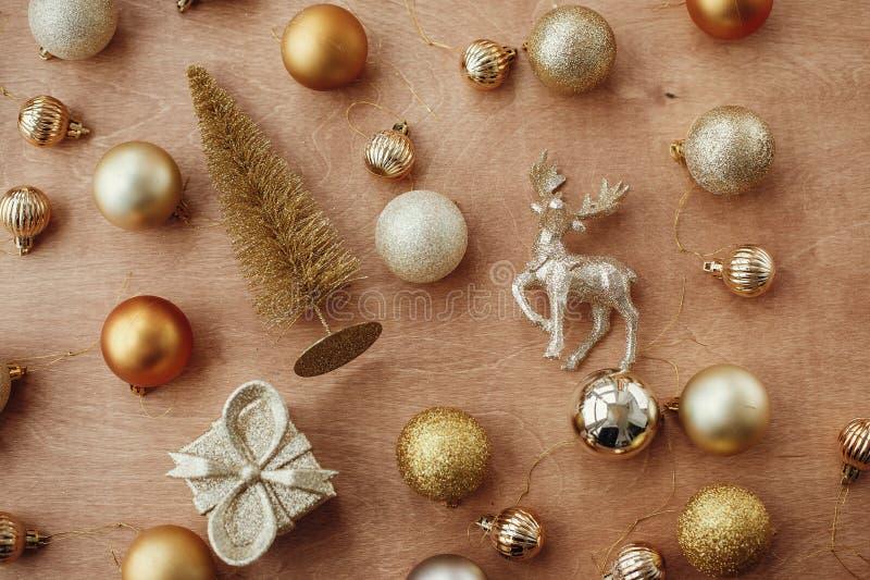 Gouden Kerstmis schittert boom, rendier, giftdoos en glanzende bau royalty-vrije stock foto