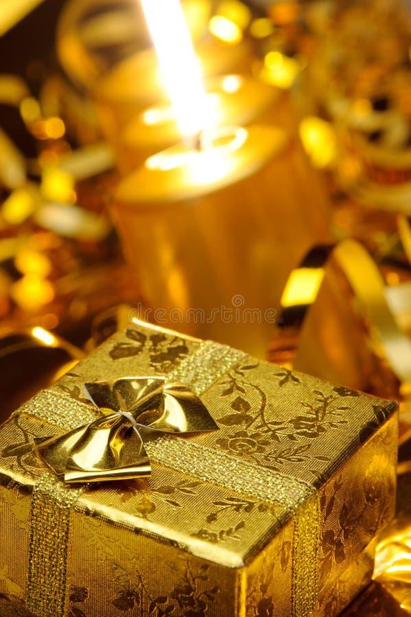 Gouden Kerstmiskaarsen en gouden giftdozen stock fotografie