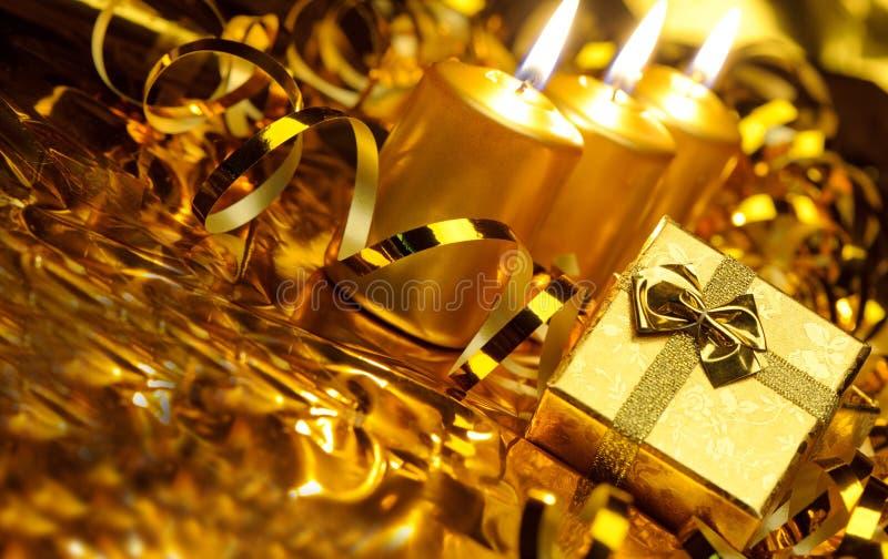 Gouden Kerstmiskaarsen en gouden giftdozen stock afbeeldingen