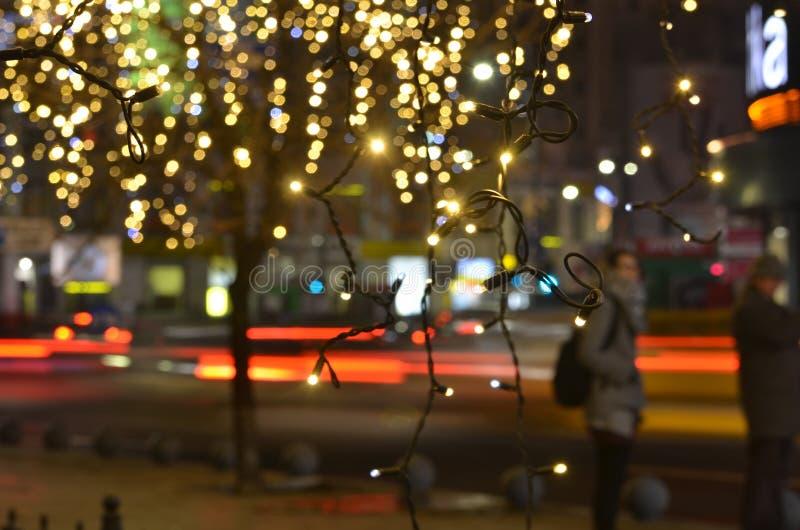 Gouden Kerstmislichten op stadsstraat royalty-vrije stock afbeeldingen