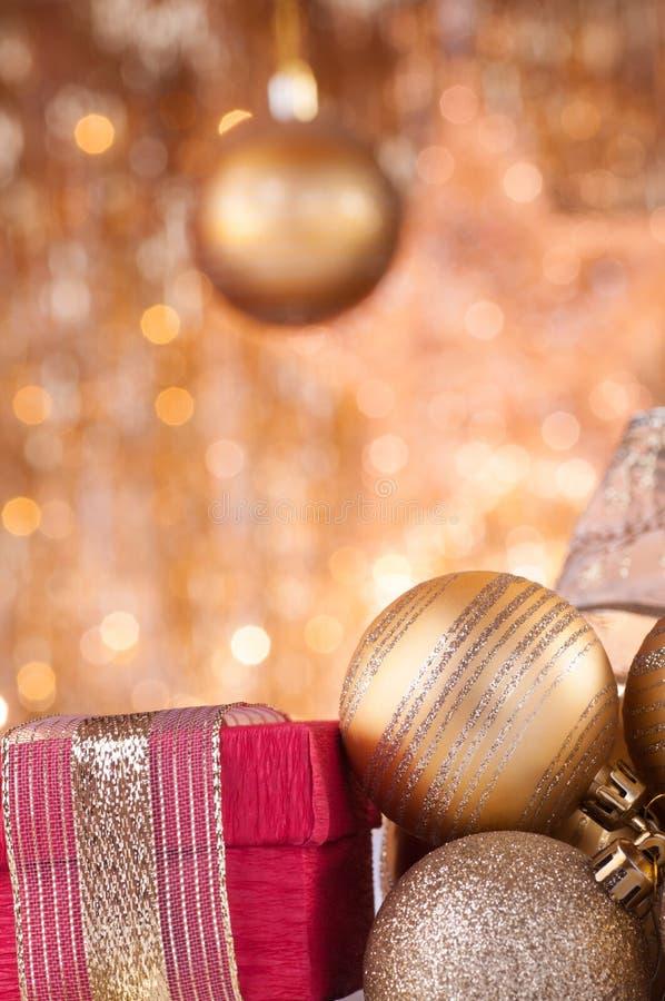 Gouden Kerstmissnuisterijen en rode doos royalty-vrije stock foto's