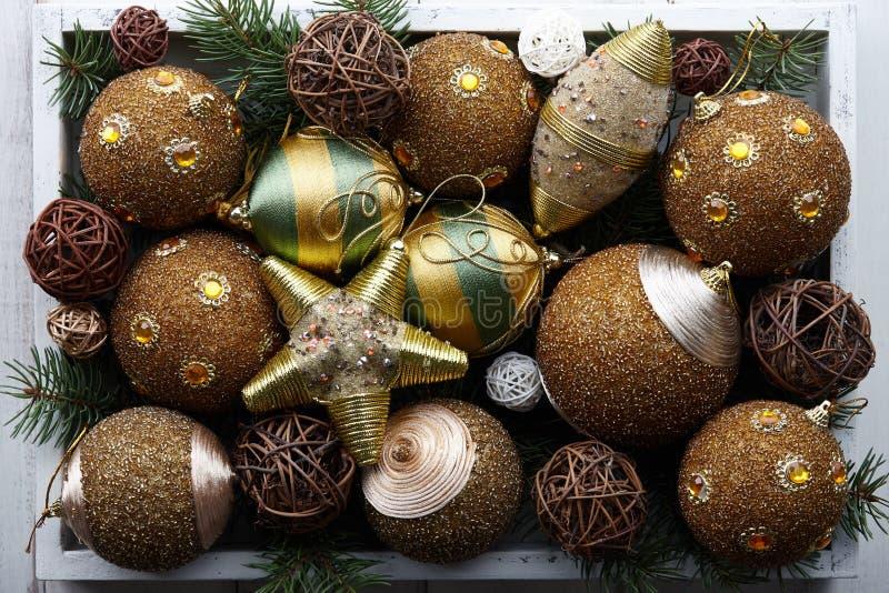 Gouden Kerstmisspeelgoed in witte houten doos stock fotografie