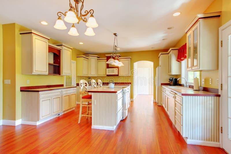 Gerestaureerde Antieke Keukens : Gouden Keuken Met Witte Antieke Kabinetten Stock Foto