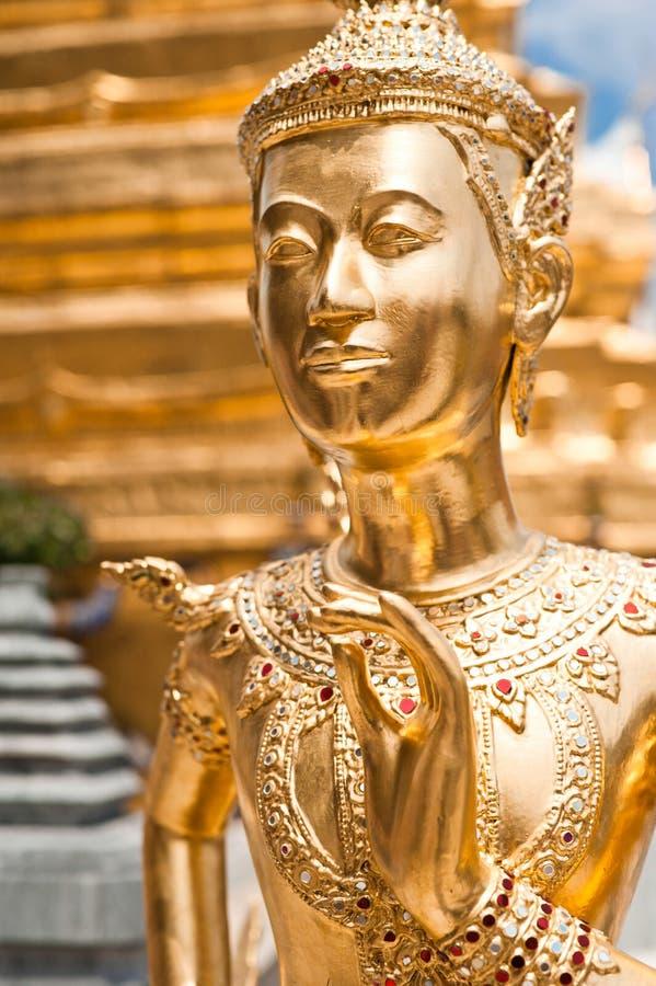 Gouden Kinnari-standbeeld bij Tempel van Emerald Buddha Bangkok, Thailand royalty-vrije stock afbeeldingen