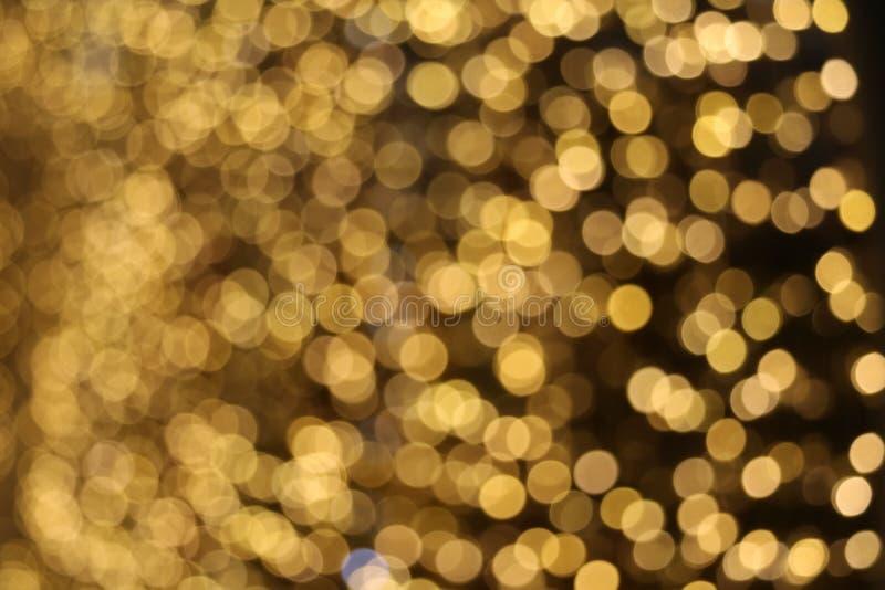 gouden kleurensamenvatting van onduidelijk beeld en bokeh kleurrijke licht en nachttuin royalty-vrije stock afbeelding