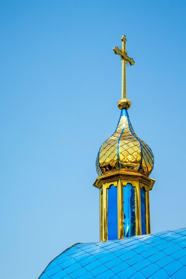 Gouden koepel van een orthodoxe tempel tegen een blauwe hemel op zonnig stock afbeeldingen