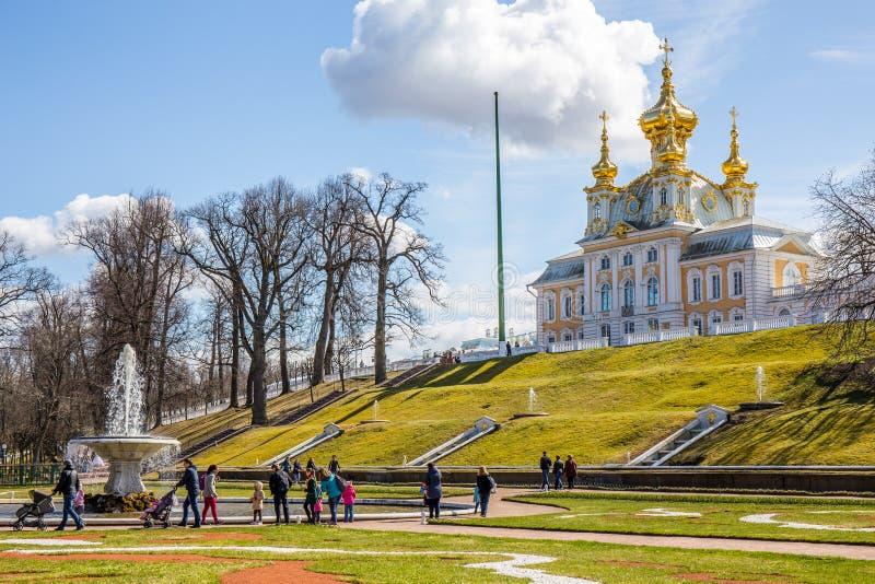 Gouden koepelpaleis en tuin in Peterhof Royal Palace - Heilige Petersburg, Rusland stock foto's