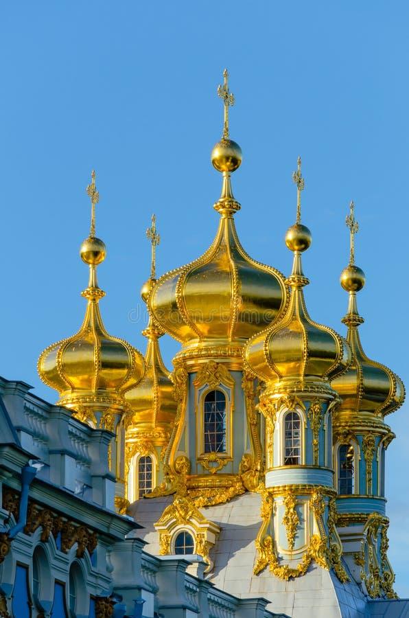 Gouden koepels van Christian Church i stock afbeelding