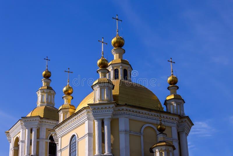 Gouden koepels van de kathedraal tegen de blauwe hemel royalty-vrije stock foto