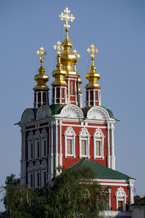 Gouden Koepels van Transfiguratiekerk in het Klooster van Moskou Novodevichy royalty-vrije stock foto