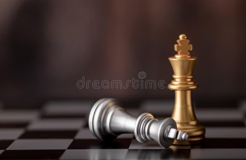 gouden koning die en zilveren zich op schaakraad bevinden vallen stock fotografie