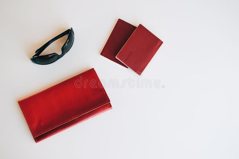 Gouden kosmetische zak met cosmetischee producten royalty-vrije stock foto's