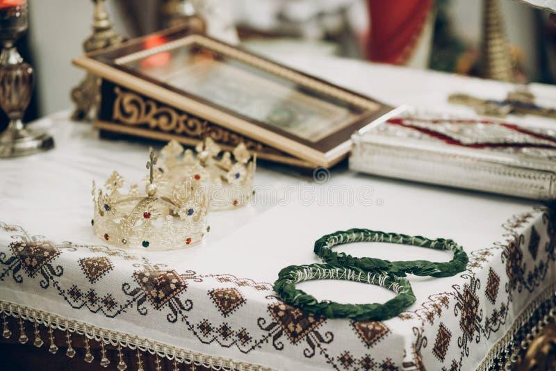 Gouden kronen en groene kronen op altaar in kerk tijdens weddin royalty-vrije stock foto's