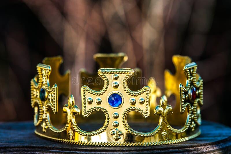 Gouden kroon met stenen stock fotografie