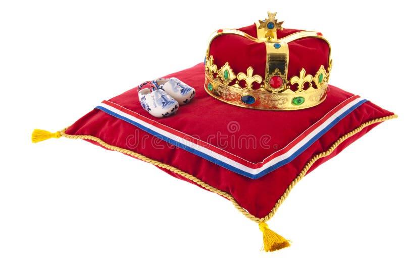 Gouden kroon op fluweelhoofdkussen in Holland royalty-vrije stock afbeeldingen