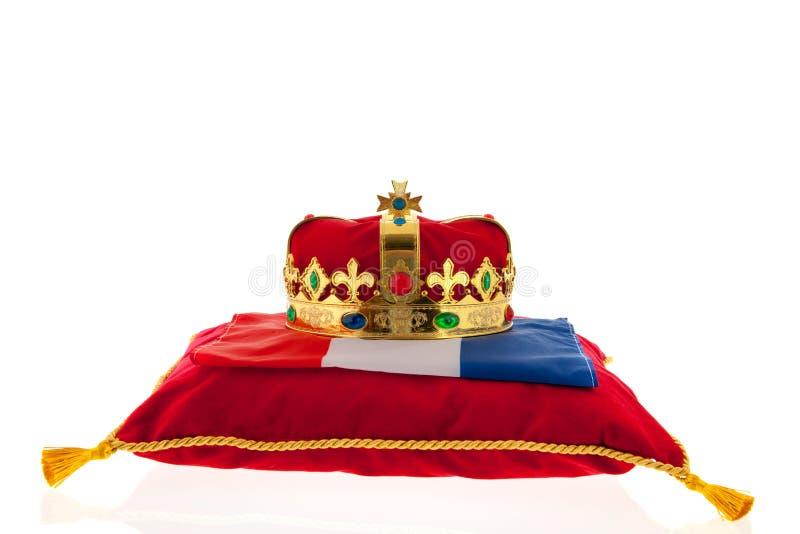 Gouden kroon op fluweelhoofdkussen met Nederlandse vlag royalty-vrije stock foto's