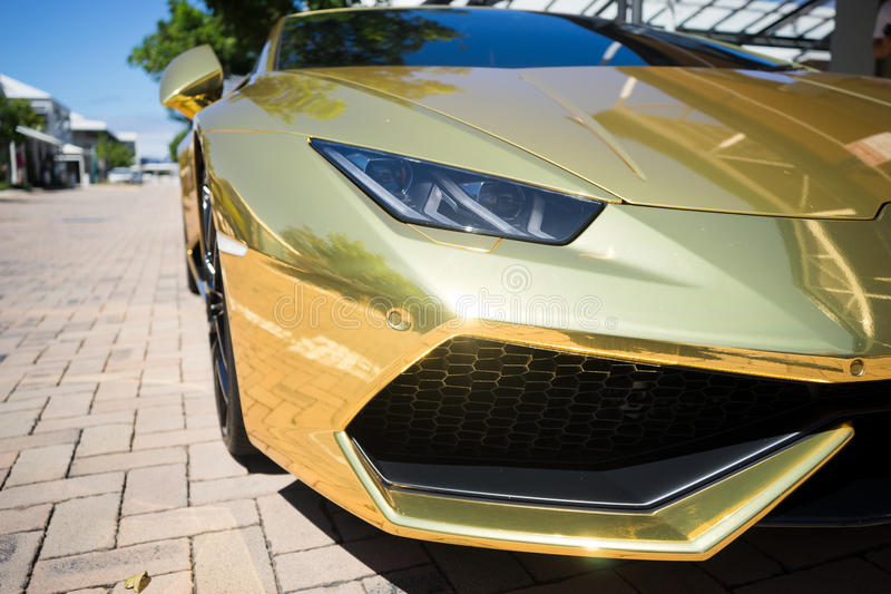 Gouden Lamborghini Huracan 2016 stock foto's