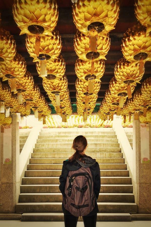 Gouden lantaarns avontuurlijk meisje stock foto