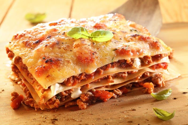 Gouden lasagna met vlees en deegwaren stock afbeelding