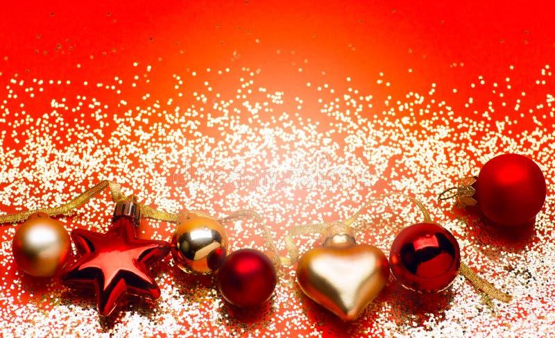 Gouden lichten met de decoratie van de Kerstmisboom op rode achtergrond royalty-vrije stock afbeeldingen