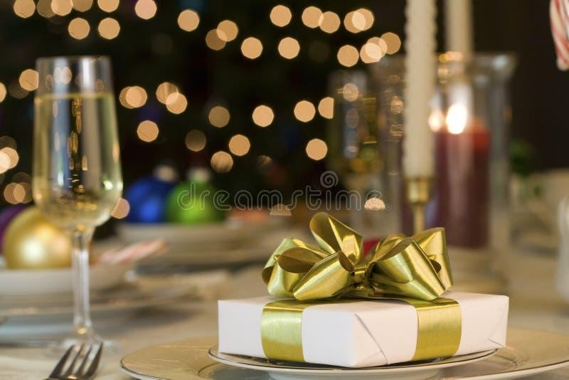 Gouden lintgift op lijst stock foto's