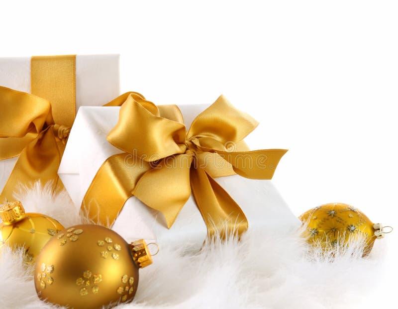 Gouden lintgiften met Kerstmisballen royalty-vrije stock afbeelding