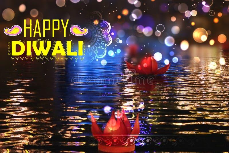 Gouden lotusbloem gevormde diya die op rivier op Diwali-achtergrond drijven stock foto