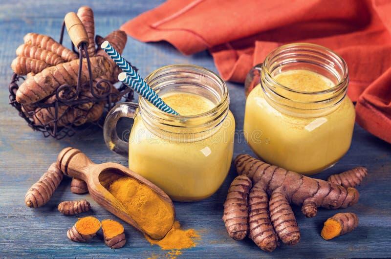 Gouden melk met kurkuma stock foto's