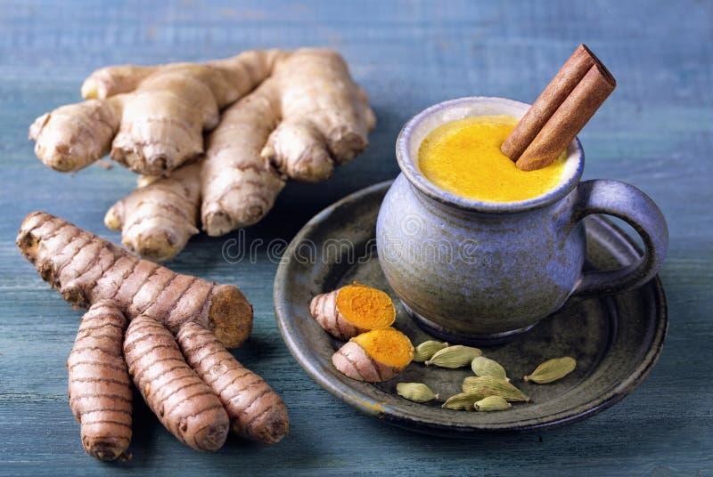 Gouden melk met kurkuma stock afbeelding