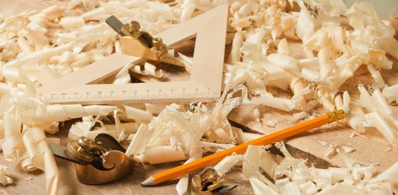 Gouden miniatuur houten planer op houten plank royalty-vrije stock foto