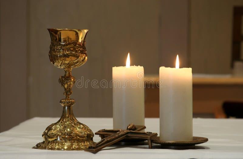 Gouden miskelk en brandende kaarsen royalty-vrije stock fotografie