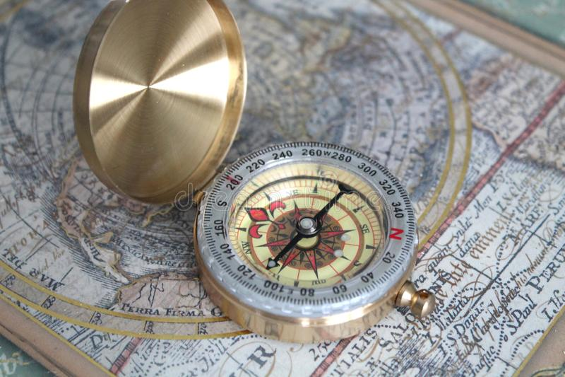 Gouden Modern Kompas op een Oude Kaart royalty-vrije stock afbeelding