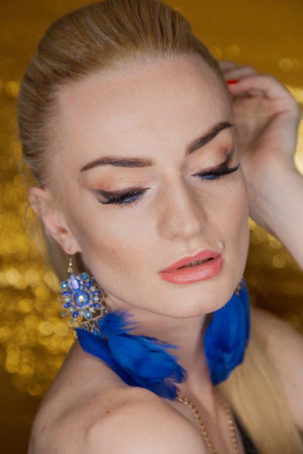 Gouden mooie maniervrouw, model met glanzend gezond lang volumehaar Het kapsel van het updovolume van golvenkrullen Schoonheidsvr stock foto's