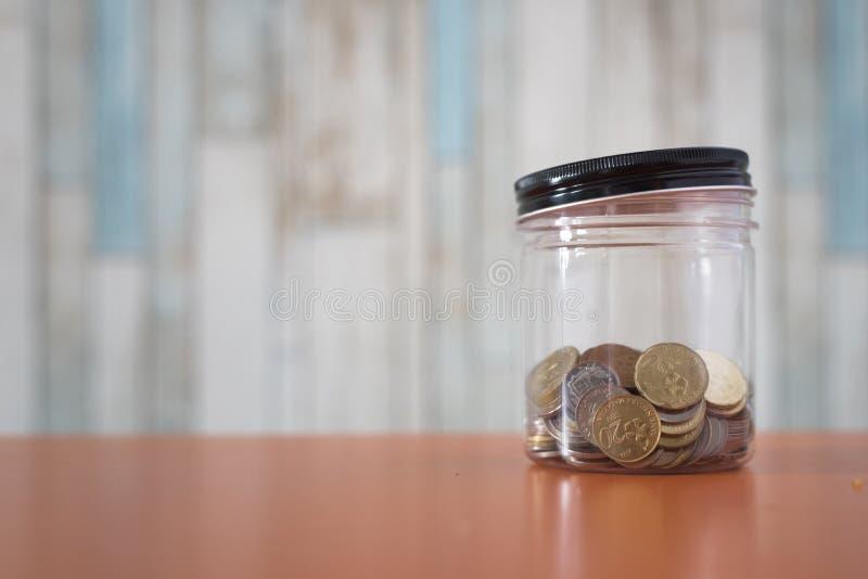Gouden muntstukken in een plastic kruik royalty-vrije stock foto