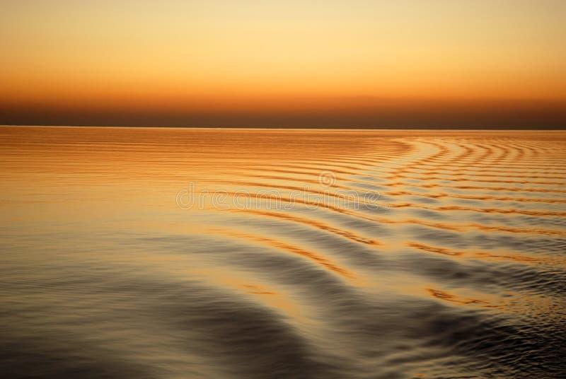 Gouden oceaan bij zonsondergang stock fotografie